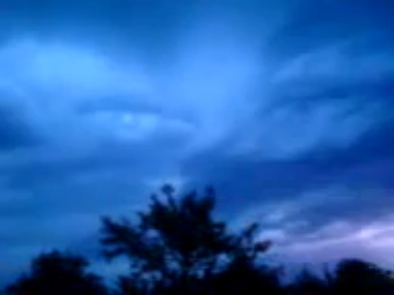 Aparecen ojos y manos de Dios en el cielo de Japón